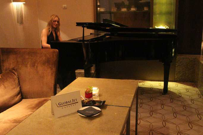 pianist playing at pre-conference cocktail hour hosted by global jet capital